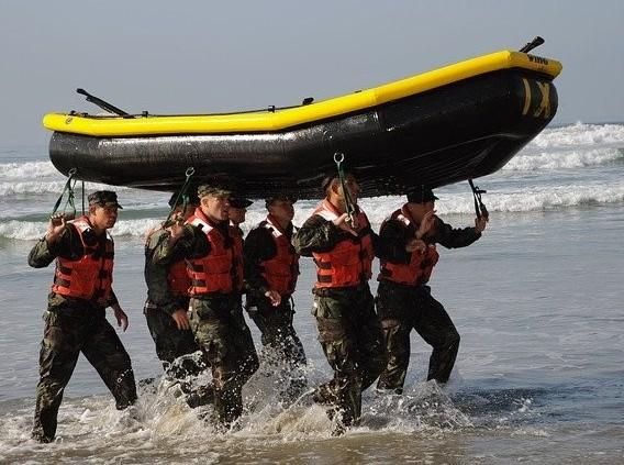 寒冬時海灘上的訓練